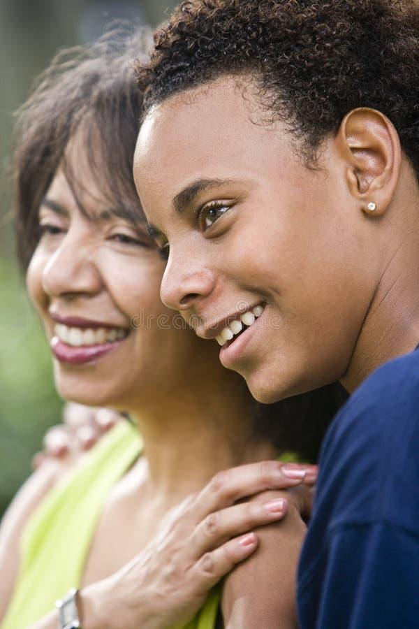 Afroamerikanermutter und -jugendlicher Sohn lizenzfreies stockfoto