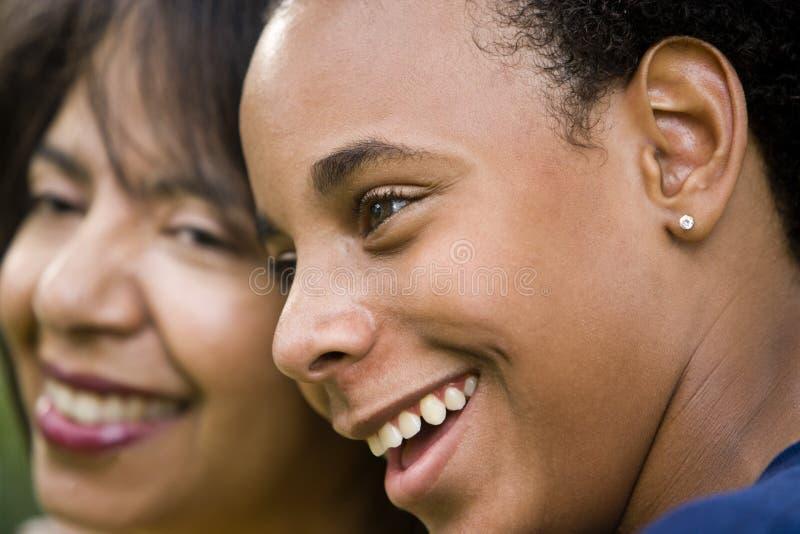 Afroamerikanermutter und -jugendlicher Sohn lizenzfreie stockfotos