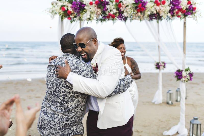 Afroamerikanerpaare, die am Strand heiraten stockbild