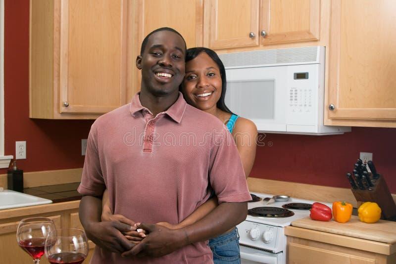 Afroamerikanerpaare in ihrer Küche lizenzfreie stockfotografie
