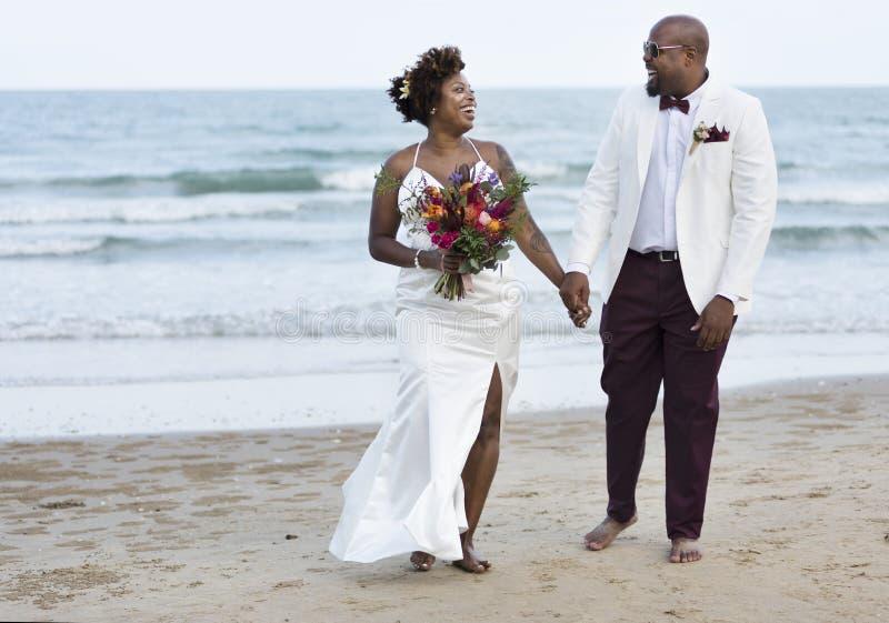 Afroamerikanerpaare ` s Hochzeitstag lizenzfreie stockbilder