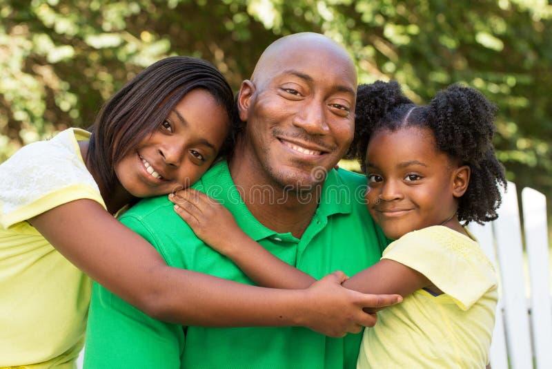 Afroamerikanervater und seine Kinder lizenzfreie stockbilder