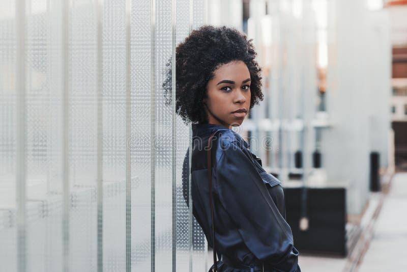afroamerykańska dziewczyna na ulicie obok szklanych bloków zdjęcie royalty free