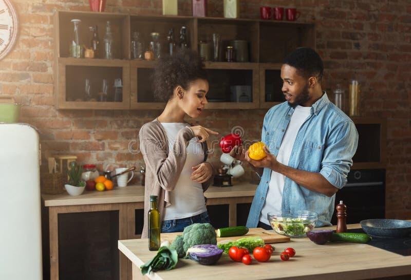 Afroamerykańska para przygotowywa zdrowej sałatki obraz royalty free