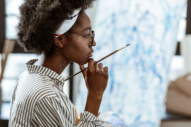 afroamerykański artysta czuje rozważnego działanie na nowym obrazku obraz stock