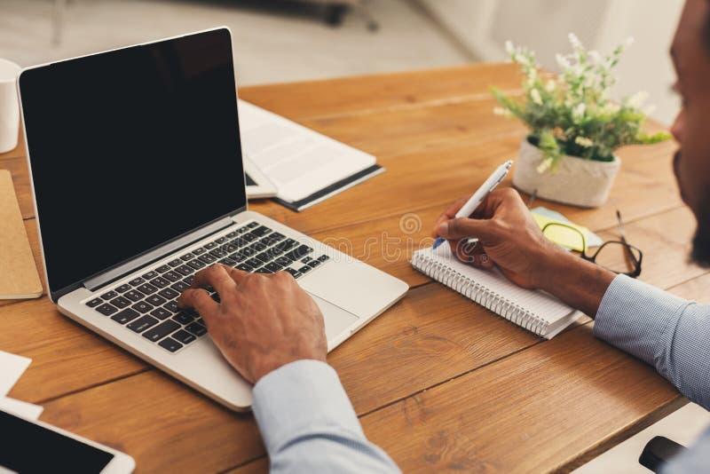 Afroamerykański biznesmen pisać na maszynie na laptopie fotografia stock