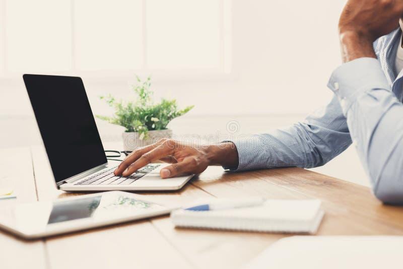 Afroamerykański biznesmen pisać na maszynie na laptopie obrazy stock