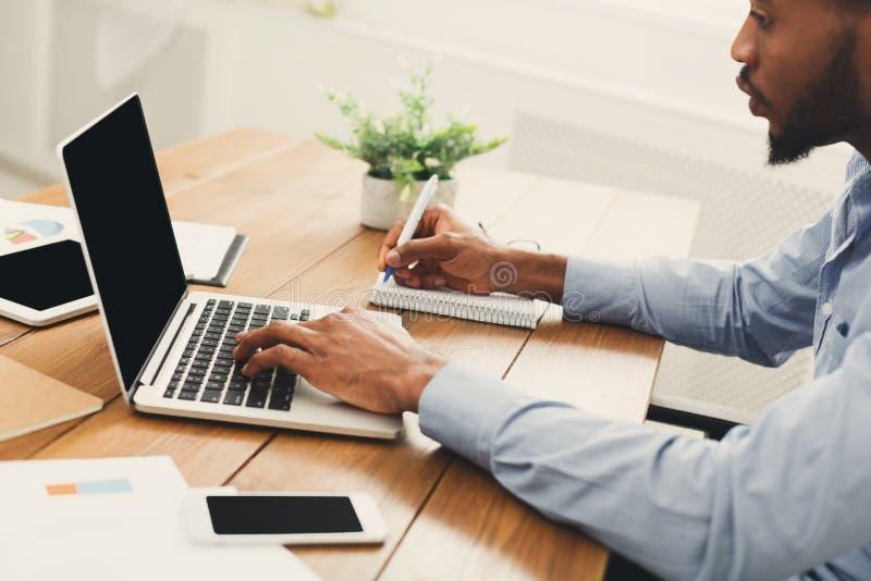 Afroamerykański biznesmen pisać na maszynie na laptopie zdjęcie royalty free