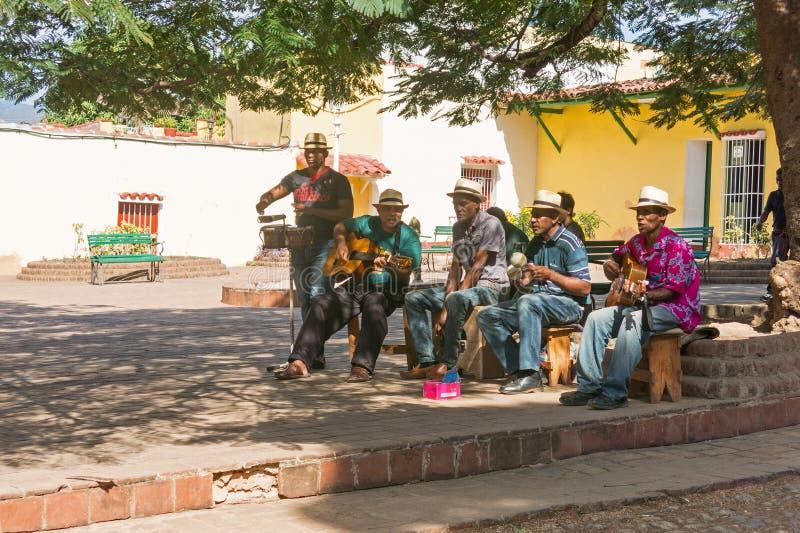 Afrocuban musiker som spelar på gatan i UNESCOvärlden honom royaltyfri fotografi