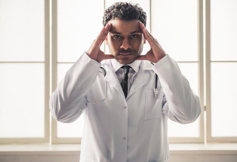 Afroer-amerikanisch Doktor lizenzfreies stockbild