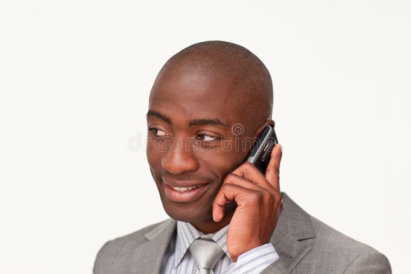 Afroer-amerikanisch Geschäftsmann auf Handy stockbild