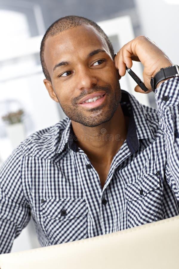 Afroer-amerikanisch Kerl, der über Mobiltelefon spricht lizenzfreies stockfoto