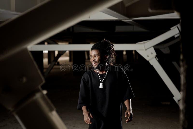 Afroer-amerikanisch Mann mit den tanzenden und lächelnden Dreadlocks stockfotografie