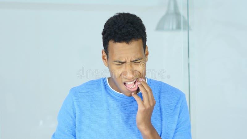 Afroer-amerikanisch Mann mit Zahnschmerzen, Schmerz in den Zähnen lizenzfreie stockbilder
