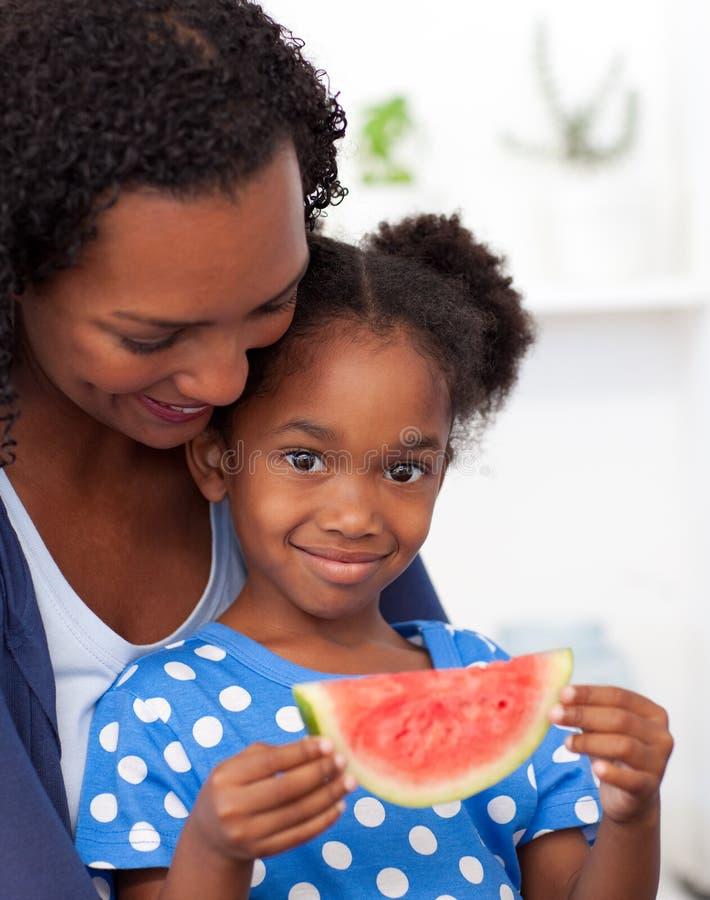 Afroes-amerikanisch Mädchen, das Wassermelone isst lizenzfreie stockfotos