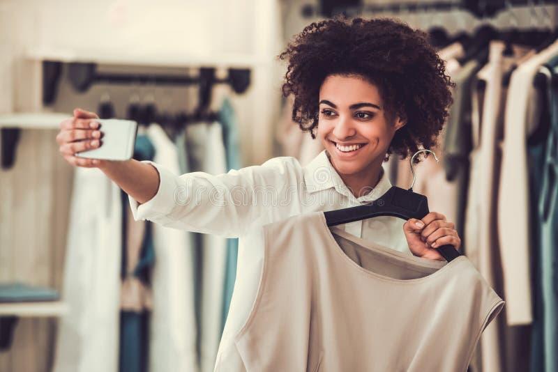 Afroes-amerikanisch Mädchen, welches das Einkaufen tut stockbild