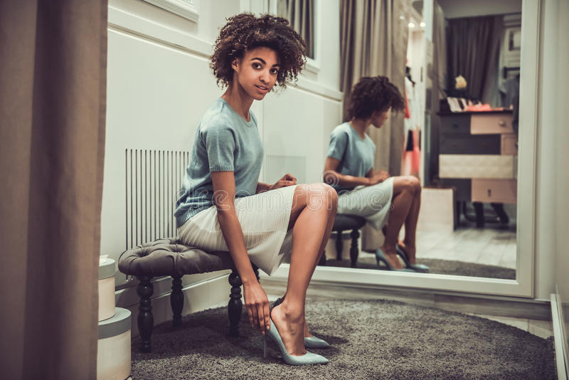 Afroes-amerikanisch Mädchen, welches das Einkaufen tut stockfoto