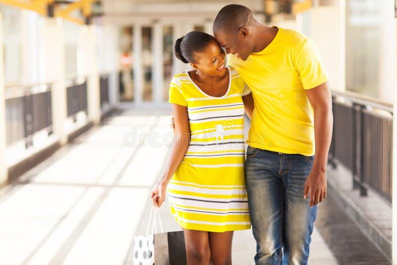 Afroes-amerikanisch Paareinkaufen lizenzfreie stockbilder