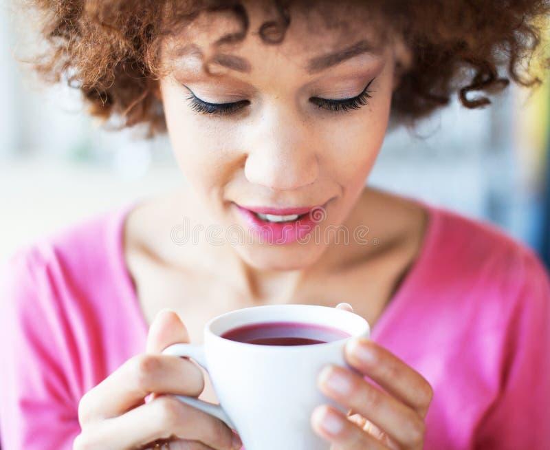 Afrofrau mit Tasse Tee stockbilder