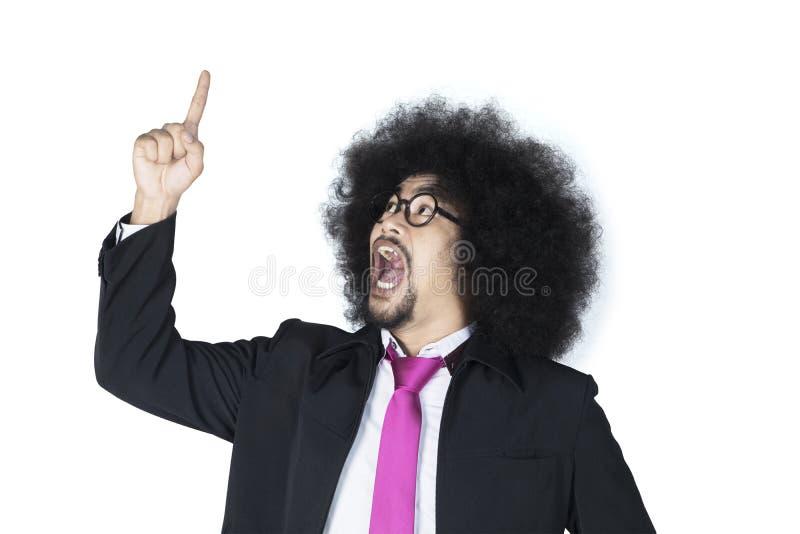 Afrogeschäftsmann, der auf aufwärts zeigt stockfotos
