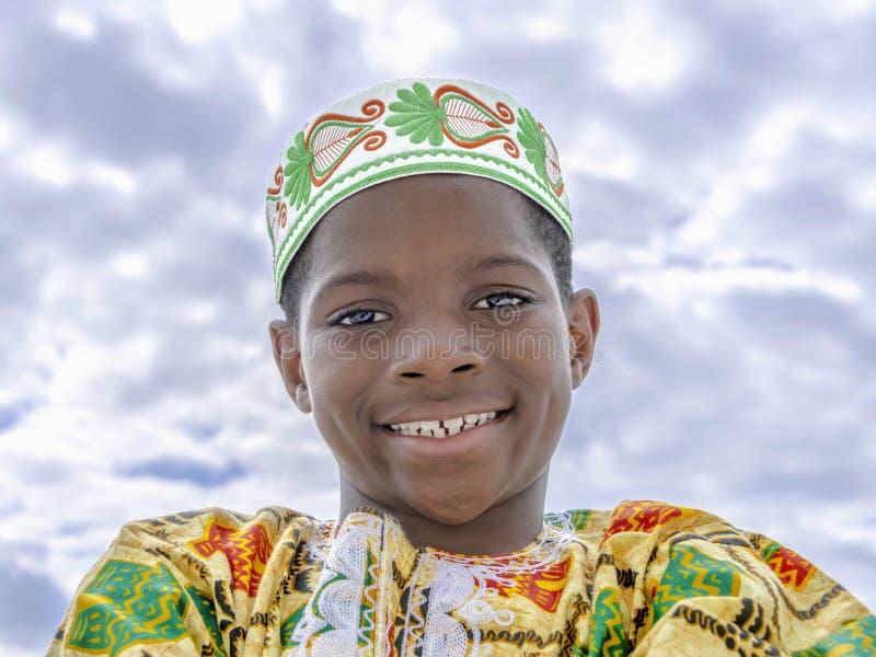 Afrojunge, der, zehn Jahre alt, lokalisiert lächelt lizenzfreie stockfotografie
