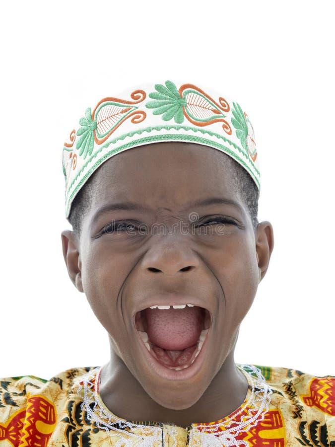 Afrojunge, der, zehn Jahre alt, lokalisiert schreit stockbilder