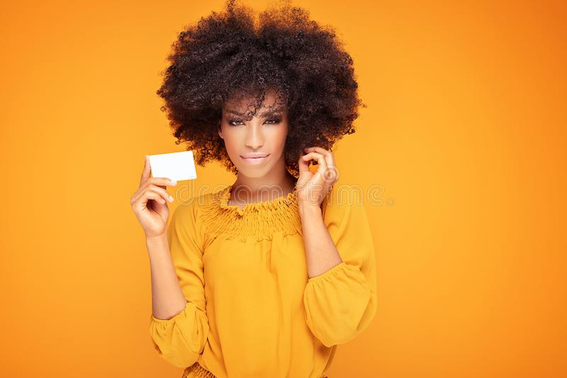 Afromädchen-Holdingkreditkarte in der Hand stockfotos