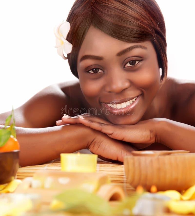 Afromeisje die van day spa genieten stock foto's