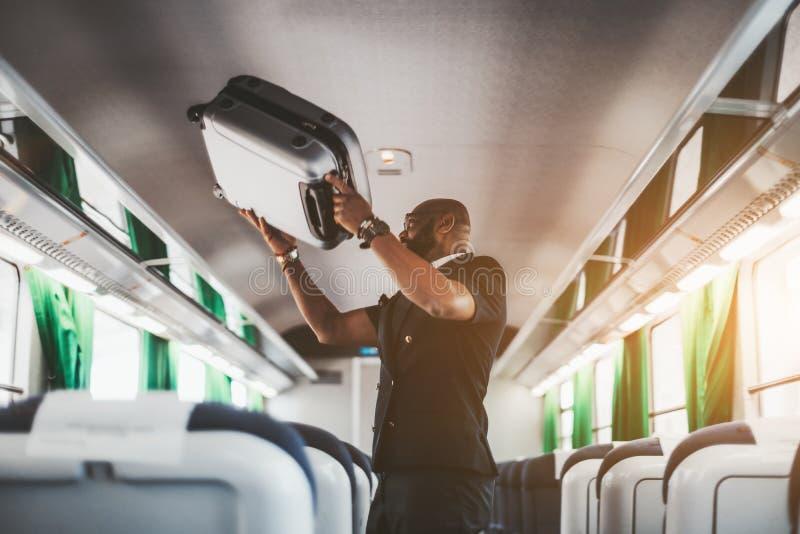Afromens met een zak in een treinbus stock foto
