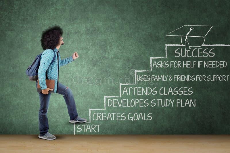 Afrostudentenschritte auf einer Treppe in Richtung zum Erfolg stockfotos