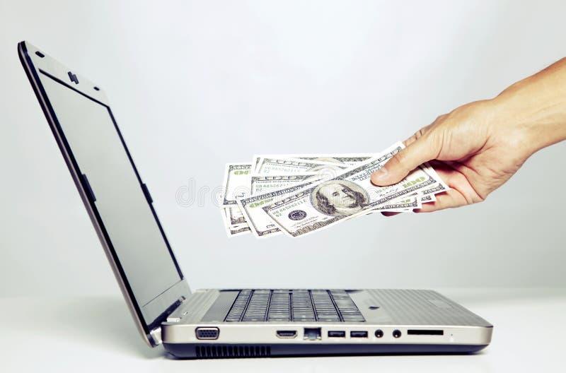 Afrouxando o dinheiro no Internet fotos de stock royalty free