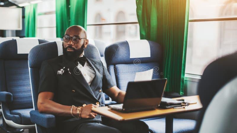 Afrozakenman in een moderne trein royalty-vrije stock afbeeldingen