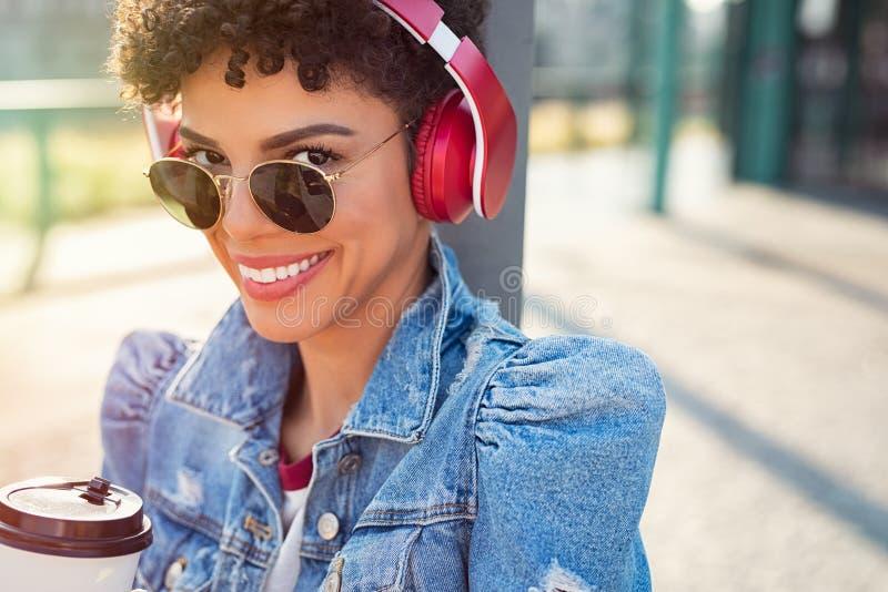 Afrykańska miastowa dziewczyna z hełmofonami obrazy stock