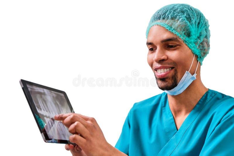 Afrykański męski dentysta wyjaśnia promieniowanie rentgenowskie pacjent obrazy stock