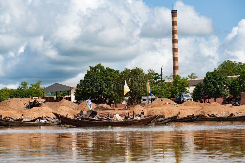 Afrykańskie handlowe drewniane łodzie Niger teren obraz stock