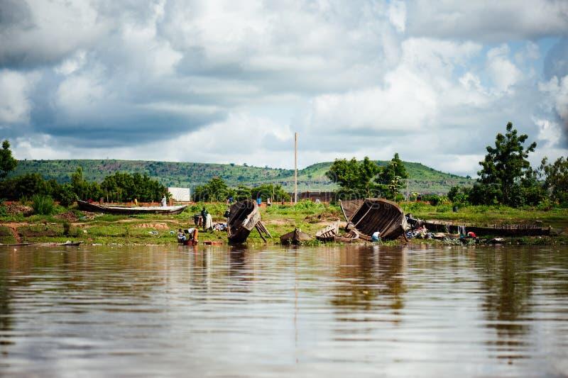 Afrykańskie handlowe drewniane łodzie Niger teren zdjęcia stock