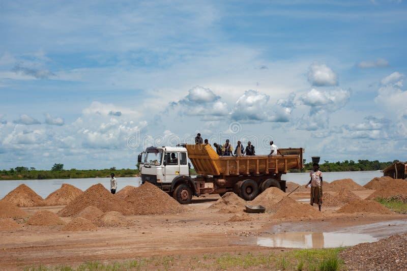 Afrykańskiego grupa ludzi pracujący głębienie na Niger terenie obraz royalty free