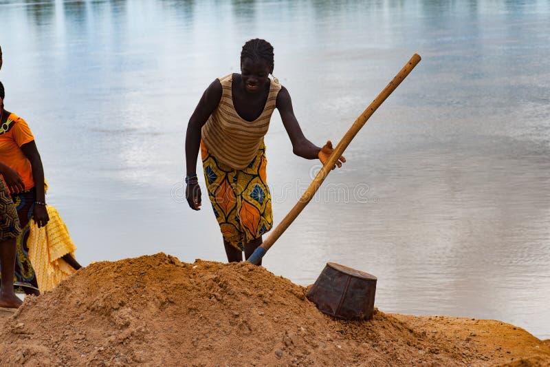 Afrykańskiego kobiety głębienia brudny piasek Niger teren zdjęcie royalty free