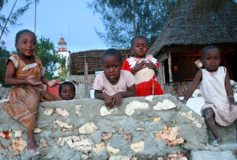 Afrykańscy dzieci bawić się w jardzie przy nocą, Zanzibar, Tanzania zdjęcia royalty free
