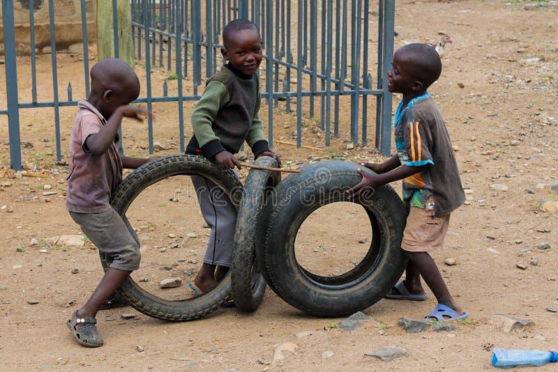 Afrykańscy małe dzieci bawić się z kołami zdjęcie royalty free