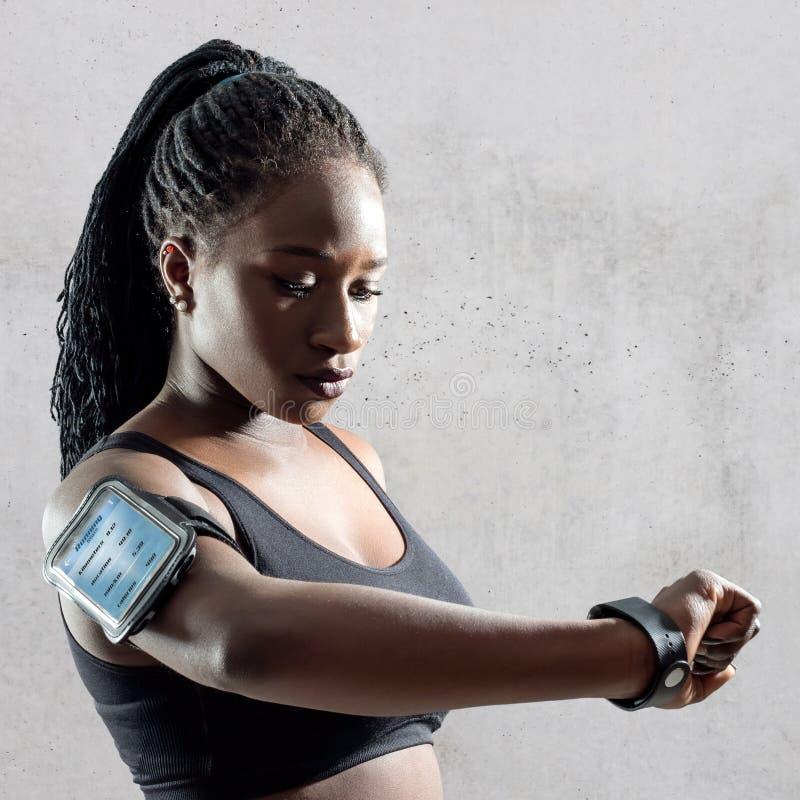 Afrykańscy nastoletni przegląda sprawność fizyczna rezultaty fotografia stock