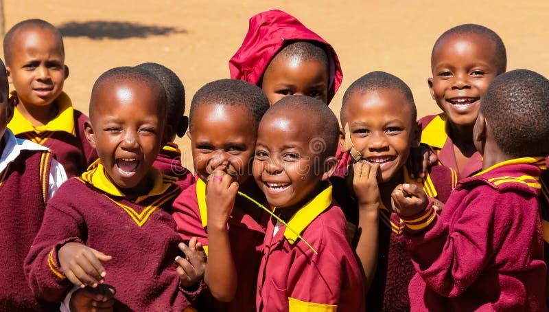 Afrykańscy szkół podstawowych dzieci na ich przerwie na lunch zdjęcie stock