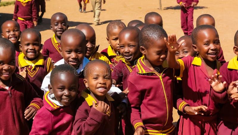 Afrykańscy szkół podstawowych dzieci na ich przerwie na lunch zdjęcia royalty free