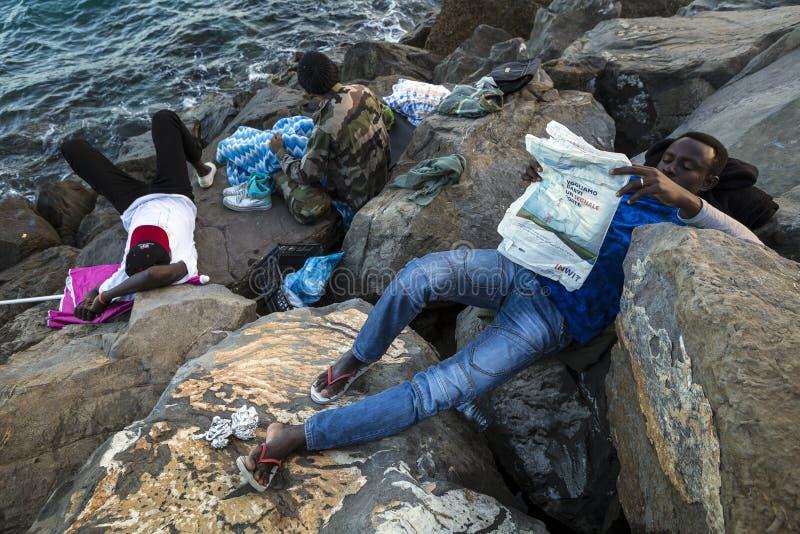 Afrykańscy uchodźcy blokujący w Włochy fotografia royalty free