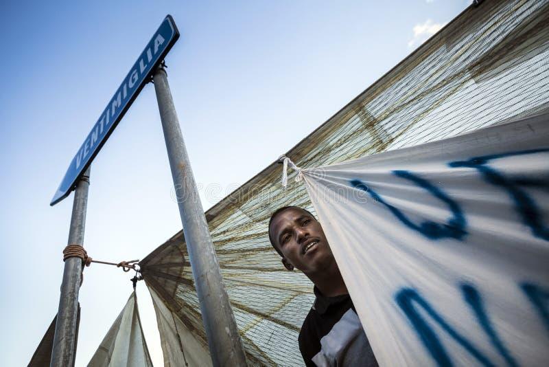 Afrykańscy uchodźcy blokujący w Włochy obrazy stock