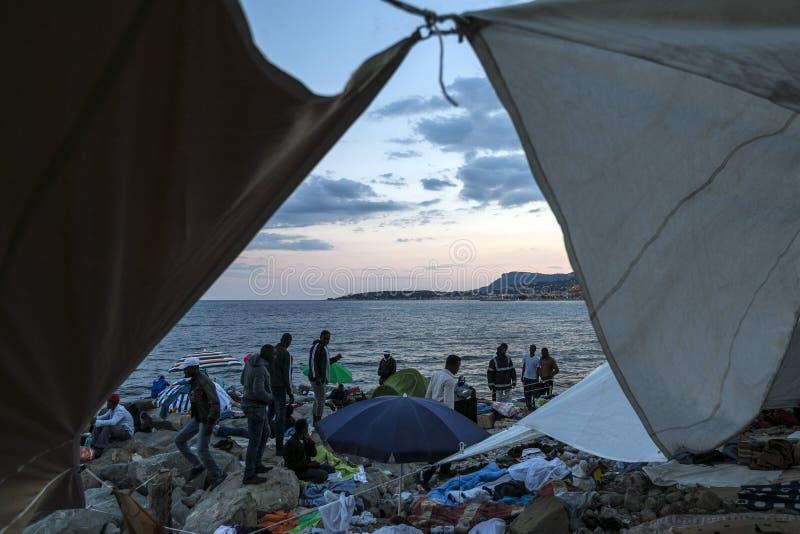 Afrykańscy uchodźcy blokujący w Włochy obraz stock