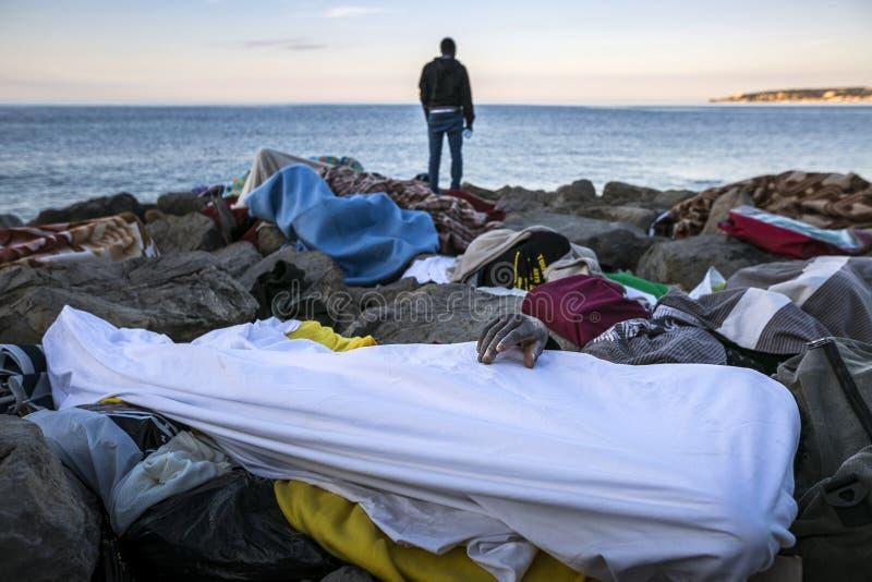 Afrykańscy uchodźcy blokujący w Włochy obrazy royalty free