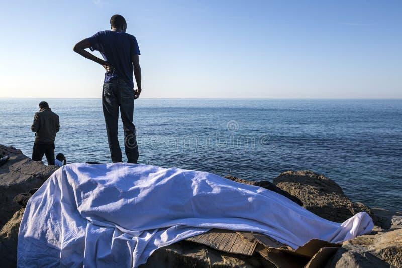 Afrykańscy uchodźcy blokujący w Włochy zdjęcie stock
