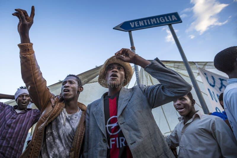 Afrykańscy uchodźcy blokujący w Włochy fotografia stock