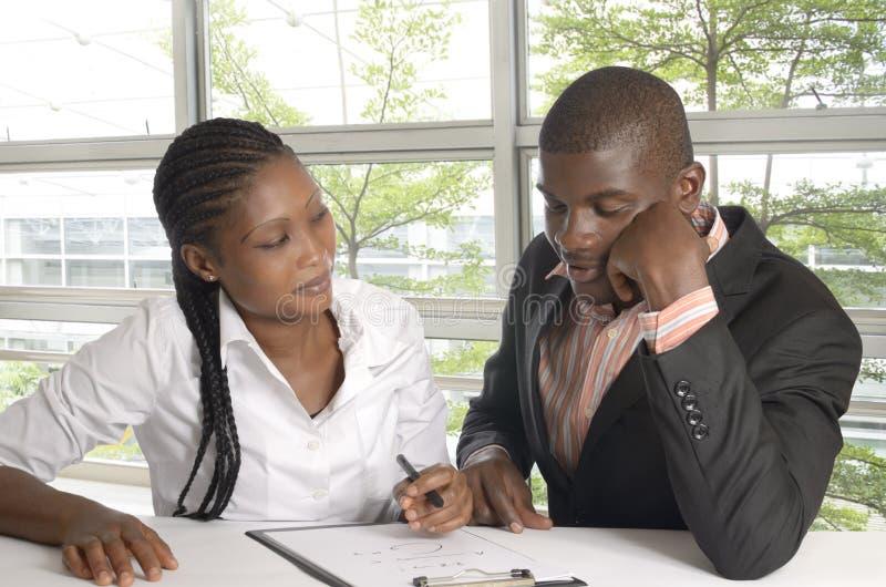 Afrykańscy ucznie pomagają each inny obrazy royalty free